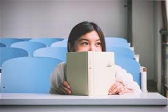 勉強している女子