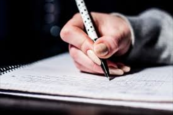 ノートに書いている手