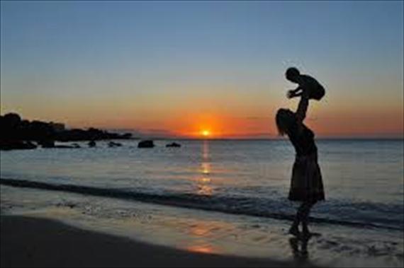 お母さんと子供と夕日