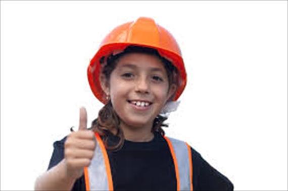 工事ヘルメットをしている女の子