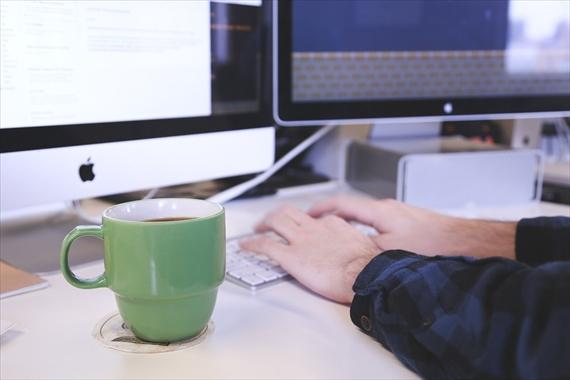 パソコンをしている人