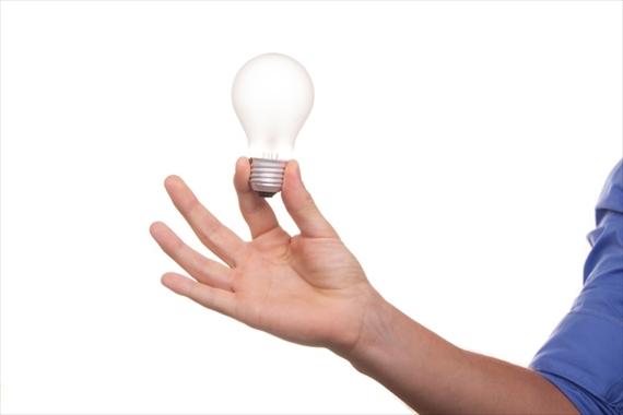 電球を持っている手