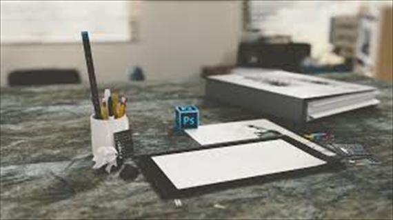 机とペン立てと紙