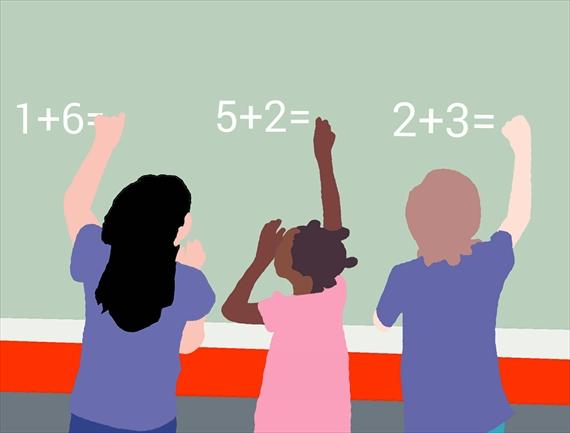 子供が黒板で計算をしている