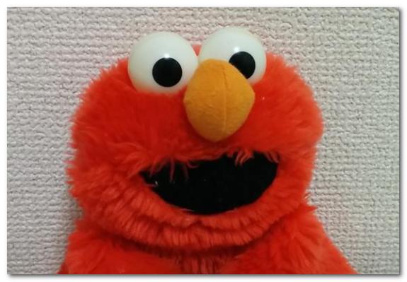 赤いエルモという名前の人形