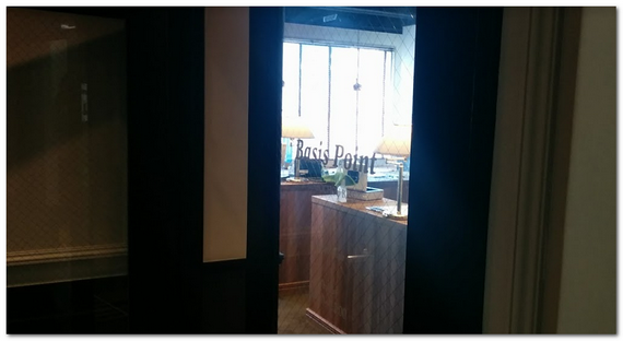 コワーキングスペースの会議室の入り口の画像
