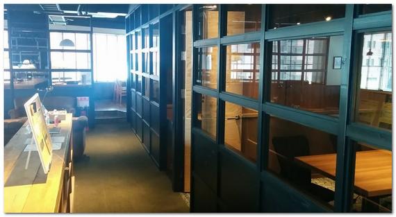 コワーキングスペースの会議室の外観