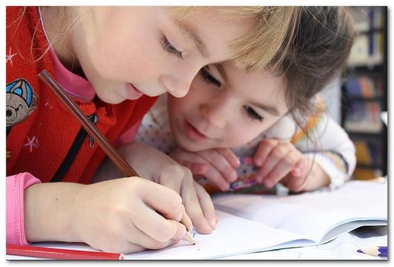 子どもがノートに書いている写真
