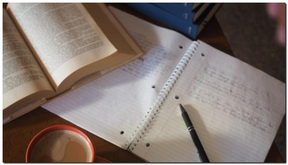 ノートとペンが机の上に載っている画像