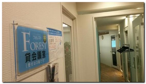 会議室の廊下とドア