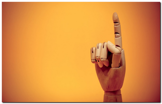 ロボットの人差し指を上に向けている