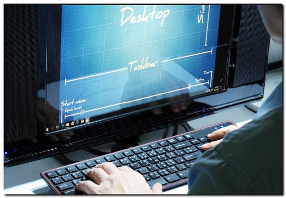 デスクトップパソコンのキーボードを触っている男性