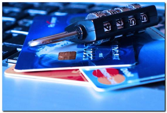 パソコンとクレジットカードの画像