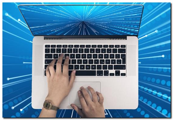 ノートパソコンでキーボード入力している画像