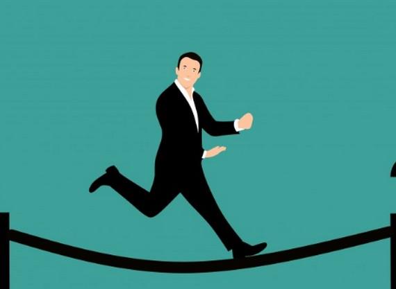 流れるように綱渡りしている男性