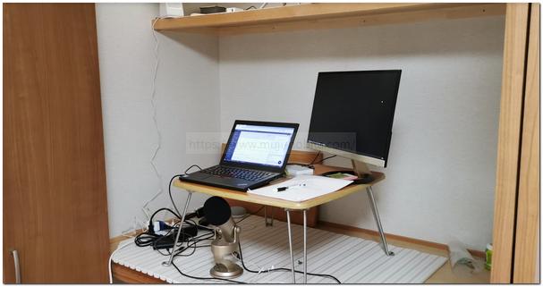 押入れにパソコンと机を設置している